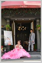 まばゆいピンクのドレス